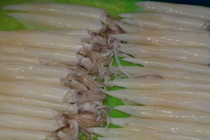 가지런히 누워있는 시장좌판의 오징어들