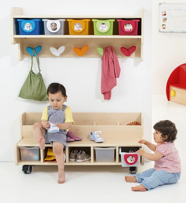 Une solution compacte de porte-manteaux et de rangement. Ce vestiaire est équipé de patères et de bacs couleurs avec porte-photos pour aider l'enfant à visualiser sa zone de rangement.