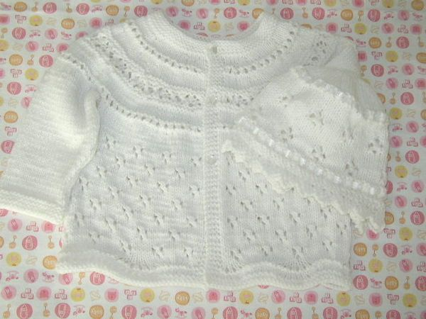 Grannyknitter's version of a free Eyelet Baby Cardigan pattern by Jennifer Little. Trefoil allover eyelet. Pattern (pdf download): http://lookingglassknits.blogspot.com.ar/2007/06/eyelet-baby-cardigan-pattern.html ; Photo: http://www.knittingparadise.com/t-69929-1.html