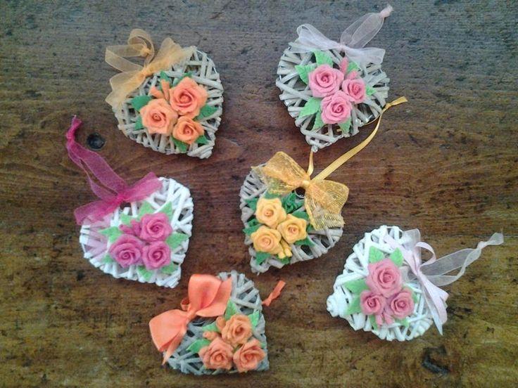 i cuori sono in vimini bianco o naturale dimensioni 10 cm o 20 cm. Le rose possono essere eseguite in tutti i colori. Un'idea regalo per la ...