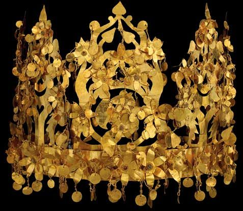 How stunning? Fabulously gorgeous delicate gold crown on the poster of the forthcoming 'Afghanistan: crossroads of the ancient world' exhibition at the British Museum. Apparenlty it dismantles: flat pack crown! Genius!