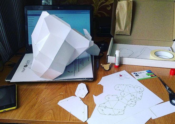 Вот так наши клиенты собирают удивительные полигональные головы! Процесс сборки условно можно разделить на 3 этапа: резка сгибание склейка)  #paperhead #paperheadru #paper #head #bull #pepakura #бумага #lowpoly #lowpolygon #полигональныефигуры #полигональнаяграфика #набор #искусство #art by paperheadru