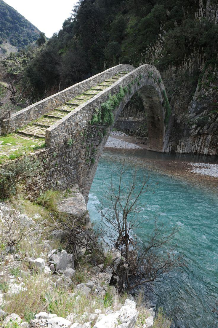 Το γεφύρι της Αρτοτίβας στις όχθες του Εύηνου…