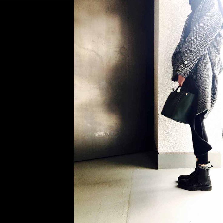オールブラックに、グレンチェックのコートをばっと羽織る、、そんなイメージからコーディネートをスタートしました。ちょっと寒くなりそうだから、ロングマフラーをぐるっと巻きつけて、足元をサイドゴアブーツからラメのソックスをチラ見せ。バッグは、赤もかわいいけど、今日はグリーンが持ちたい気分。
