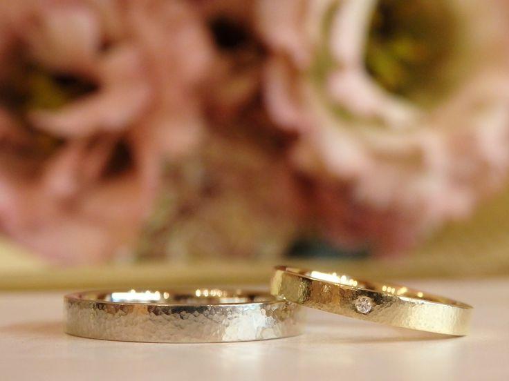 細かく敷き詰めた槌目が、リングにやわらかい表情と、ふわりと優しい光沢をもたらす結婚指輪 [marriage,wedding,ring,bridal,K18,Pt900,マリッジリング,結婚指輪,オーダーメイド,槌目,ウエディング,ith,イズマリッジ]