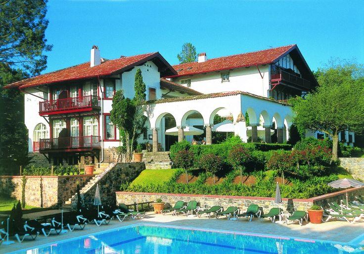 De #resort is gelegen nabij de golf van Nivelle, op 2 km van de baai van Saint-Jean-de-Luz in #Frankrijk. Het hele complex is opgetrokken in neo-baskische stijl, die eigen is voor de streek. Bij het #vakantiecomplex is een buiten zwembad en een speelterrein.