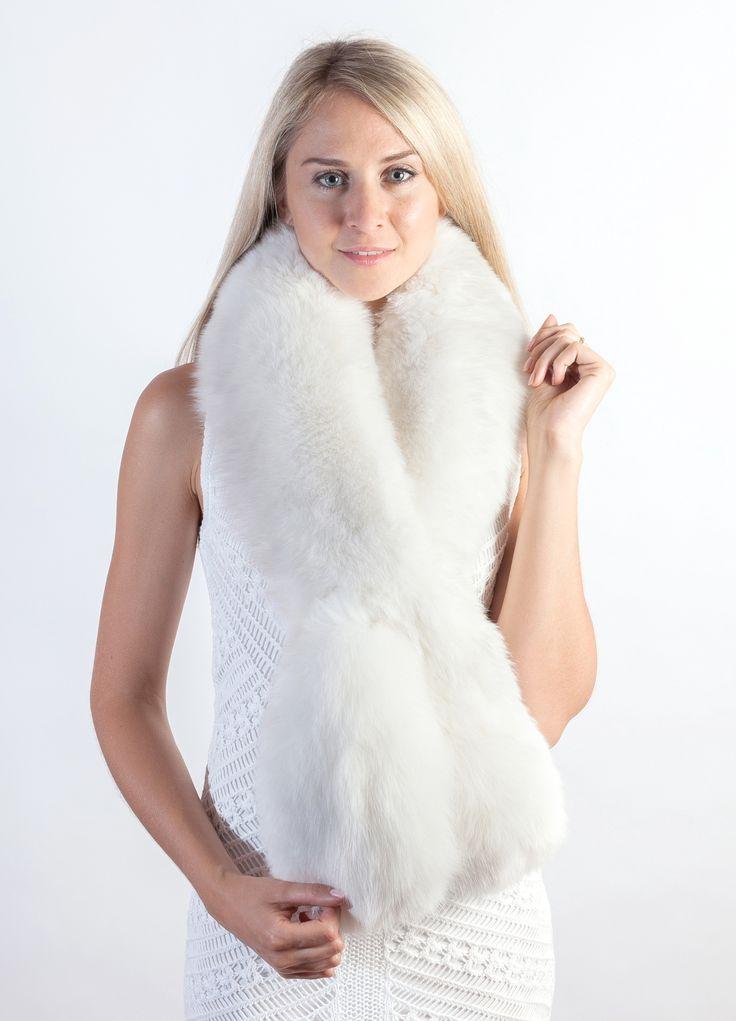 Affascinante sciarpa in pelliccia in autentica e candida volpe bianca naturale, per il vostro matrimonio invernale da favola.  www.weddingfur.it