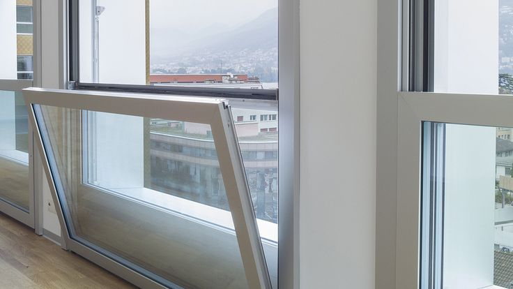 Die Fenster senken sich bis auf die Brüstungshöhe in den Innenraum ab. Nach Innen kippbar für Reinigungszwecke. La Residenza Lugano - air-lux.ch