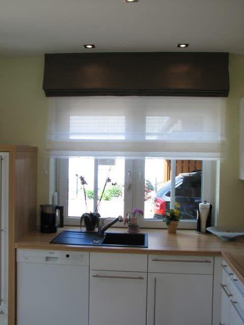 Doppelte Raffrollos am Fenster sehen sehr modern aus. Ein helles luftiges bewegliches Raffrollo kombiniert mit einem Dekoraffrollo. So was hat nicht jeder.