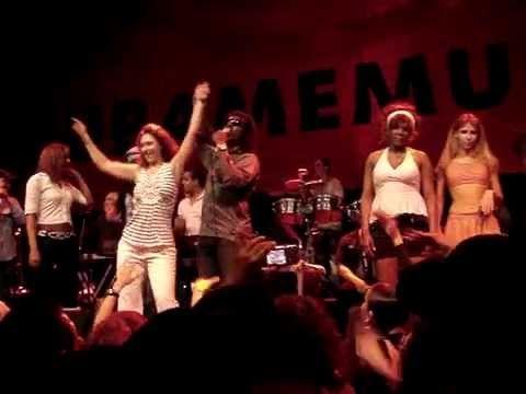 """Los Van Van: """"Si o No"""" concurso. La rusa baila reggaeton por Mayito Rivera"""