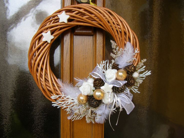 Vánoční s bílou Vánoční proutěný věneček je ozdobenýšiškami, kouličkami, pěnovými růžičkami, hvězdičkami, stuhou.... Na dveře i do interieru. Věneček má průměr přibližně 26 cm.