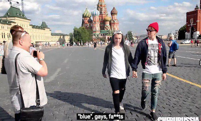 Um vídeo gravado nas ruas da cidade de Moscou mostra a reação das pessoas à presença de casal gay de mão dadas. A filmagem chama a atenção de como a Rússia está na contramão de várias nações quando se trata dos direitos homossexuais.