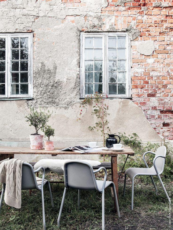 Utemöbler mot en värmande vägg med mysiga fårfällar och plädar TUNHOLMEN stol för utomhusbruk
