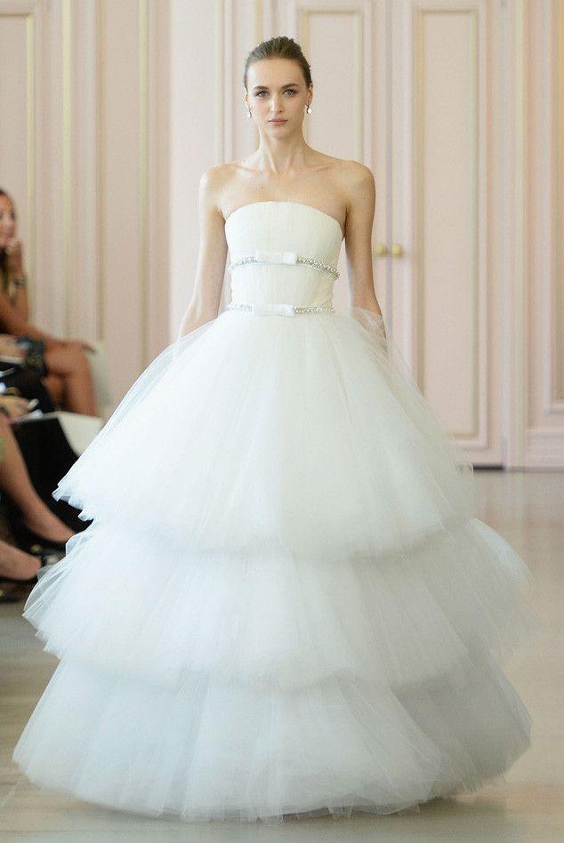 3段オーガンジーとシルバーベルトのみ!シンプルだからこそ美しさが際立つ一着♡ オスカーデラレンタの花嫁衣装・ウエディングドレスまとめ。