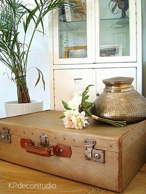 Maleta antigua con estampado de pata de gallo. Vintage suitcase in brown http://www.tiendavintageonline.com/2013/10/maletas-antiguas-online.html