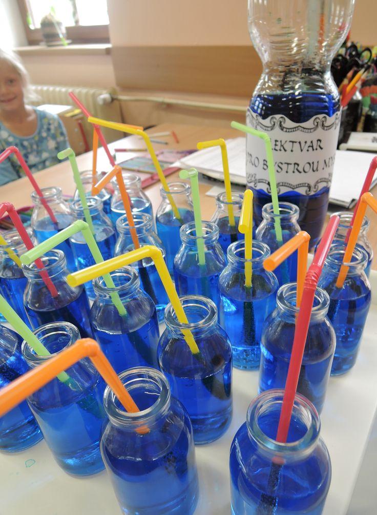 Kouzelníci z 2.B - Lektvar pro bystrou mysl - citronová limonáda a půl lžičky modrého potravinářského barviva