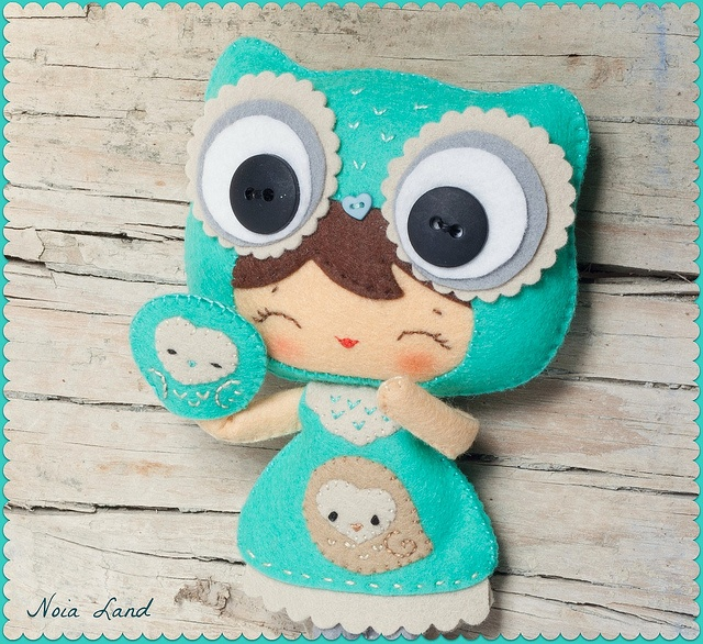 Adorable doll with owl hat - felt || Niña buho y Curuxiña, via Flickr.         .