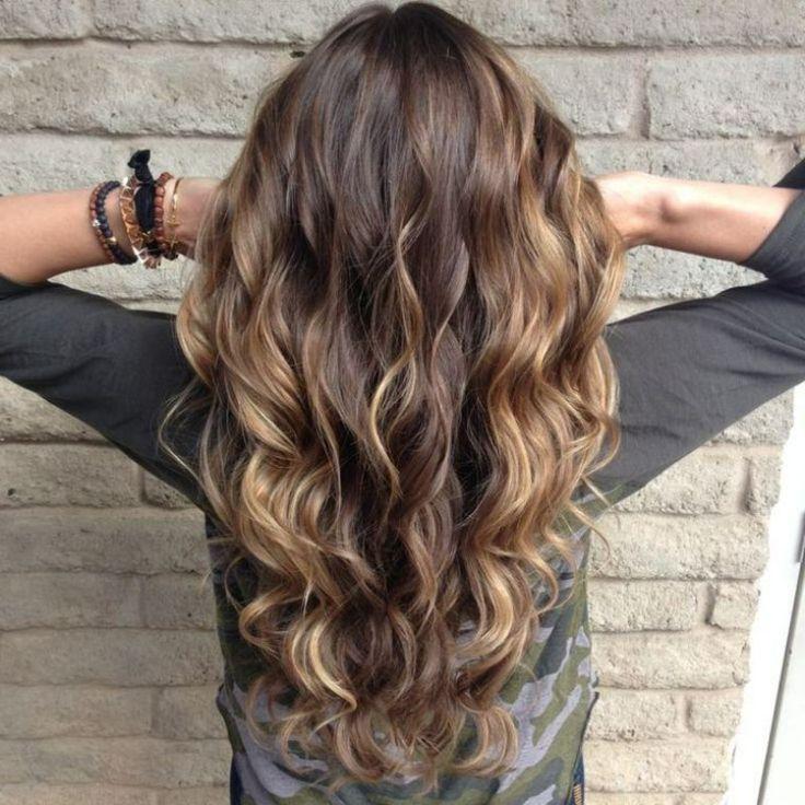 lange Haare Lockenfrisur Farbe Caramel Haarfärben nach dem Mond