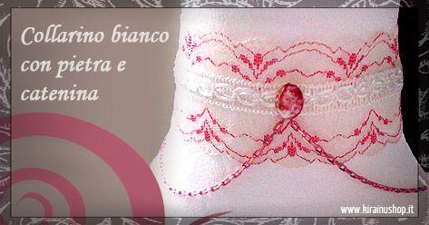 Collarino bianco, in pizzo, con decorazioni rosse. Adornato da un nastrino e arricchito ulteriormente con una pietra e catenina rosa. Da vedere!