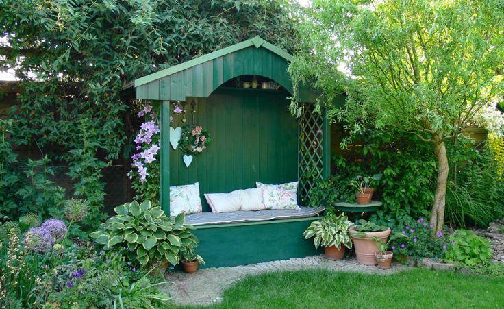 Eine Philosophenbank platziert man am besten an der Gartengrenze. Die Rückwand schafft ein lauschiges Gefühl und die Kissen laden zum gemütlichen Sitzen im Schatten ein