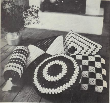 Free Crochet Patterns For Small Pillows : 63 best images about Crochet Cushion, Pillows on Pinterest ...