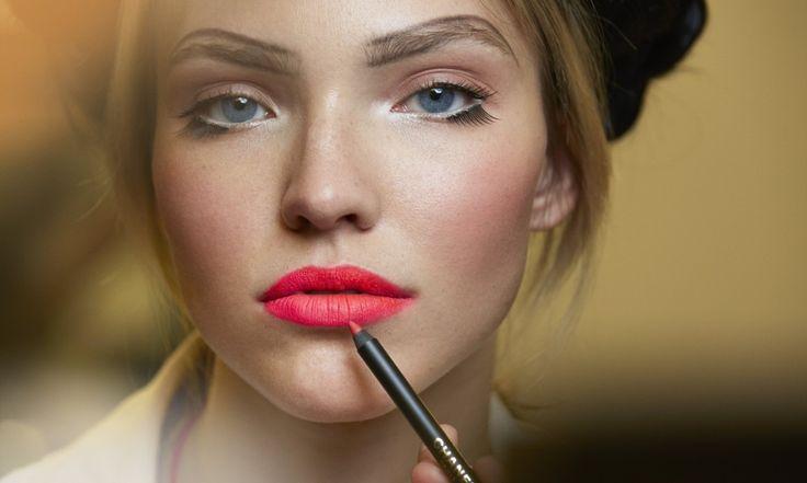 Последние показы дизайнеровпоражают количеством образов, и также разнообразны тенденции макияжа, которые должны соответствовать новым модным образам. Здесь и давно забытые тренды и углубление в стиль прошлого периода, и совсем новые находки. В этой статье мы подробно рассмотрим, какой макияж будет в моде в 2016 году. Большинство тенденций достаточно смелые и прекрасно подойдут тем, кто любит […]