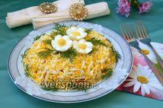 Готовим простой и вкусный салат  Часто салаты с небольшим количеством ингредиентов выручают нас когда нужно быстро приготовить всё к приходу гостей. Так и этот салат был не запланирован, а приготовлен для разнообразия в дополнение к другим блюдам, но оказался очень вкусным и гармоничным. Если сварить заранее курицу и яйца, то салат приготовится очень быстро. Добавление в майонез чеснока придаёт салату лёгкую пикантную нотку.