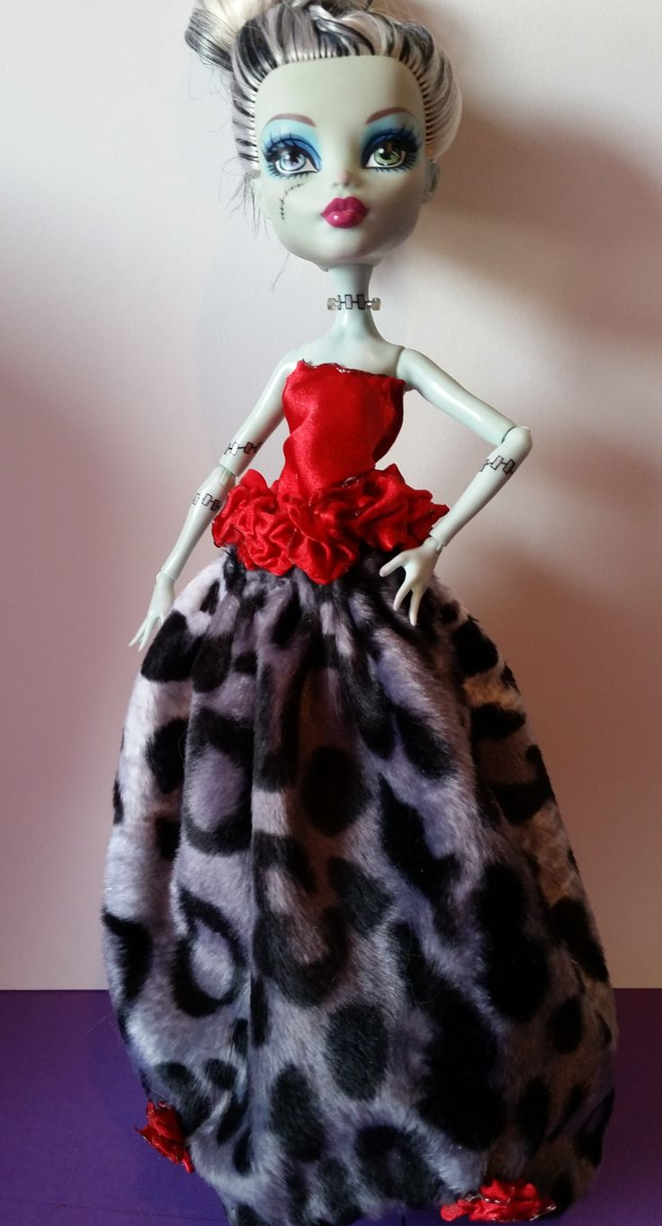 Pretty dress that makes your Ghoul stand out. Find my dresses at etsy.