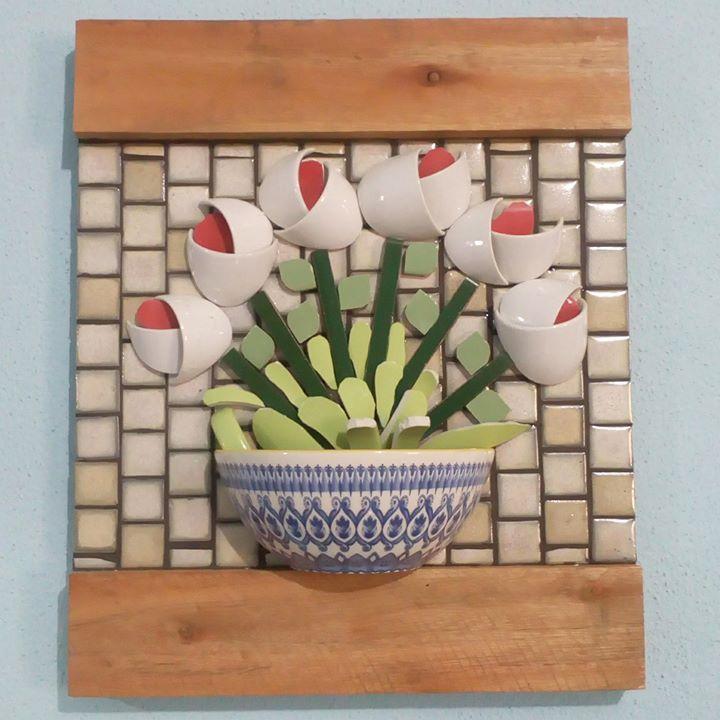 """""""Colhe a alegria das flores da Primavera  e brinca feliz enquanto é tempo.  Sempre haverá os dias em que chegará o Inverno e não terás o perfume das flores, nem o Sol, nem a vivacidade das cores."""" Augusto Branco Mosaico realizado com pastilhas de porcelana e louças. Cola Araldite da @tekbond_oficial .  #mosaicistas #mosaicos #mosaic #mozaic #decor #decoracao #arquitecturadeinteriores #arquiteto #artesanato #artesania #feitopormin #feitoamao #feitocomamor #instaart #picassiete"""