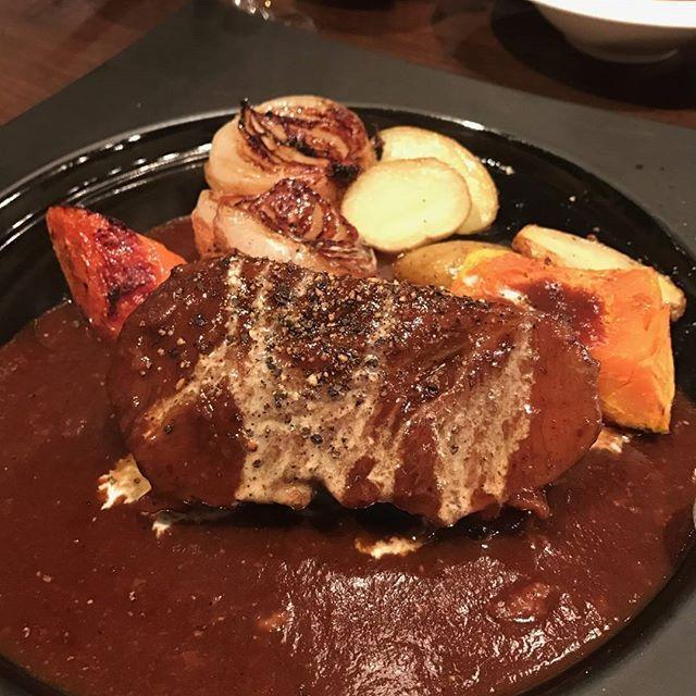 牛ホホ肉の赤ワイン煮込み🍷  また肉‼‼(@_@) 誰か新宿でオススメのランチ教えて下さい🙋種類問わず  #肉 #肉の呪縛 #牛ホホ肉の赤ワイン煮込み #ビストロ #参勤交代 ⬅(笑)気に入ってる😂 #新宿ランチ 求む