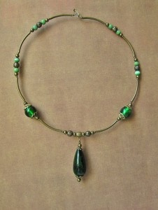 Комплект «Зелёный сон»  В работе использованы латунь, стеклянные бусины, кошачий глаз. Колье на мемори-проволоке.