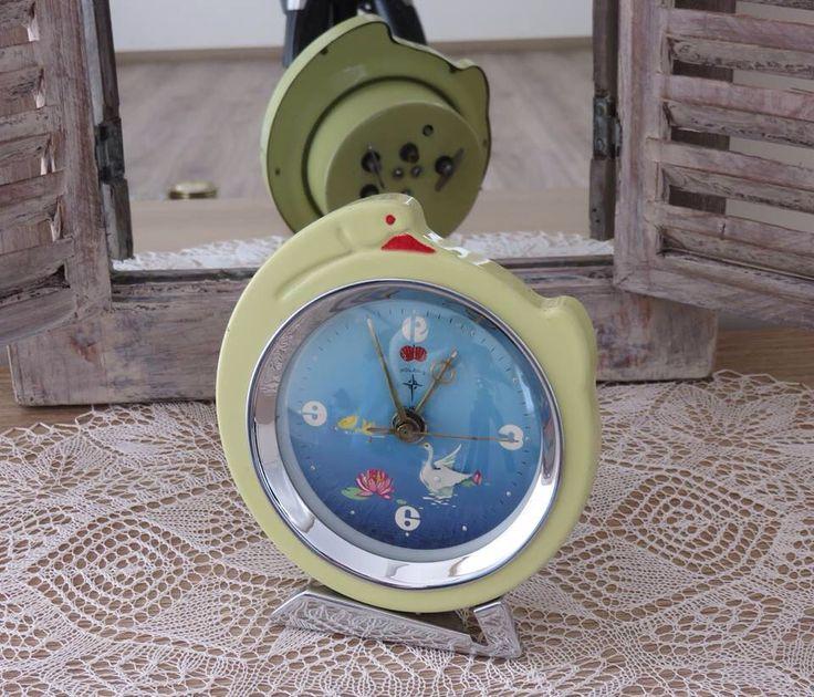 1960 yılından, POLARIS Marka Kurmalı Eski Masa Saati. 1919 yılında Alman-Çin ortaklığıyla Yantai Polaris markasıyla üretim yapan firma, 1959 yılında markasını Polaris olarak değiştirmiştir. Bu ender üretimi olan taburlu kuğulu ve kuğu biçimli çalar saat de 1960' ların ilk yıllarına aittir.  100.00 TL  #antika #çalarsaat #eski #retro #vintage #polaris #saat #kuğulusaat #tamburlusaat #clock #swanclock #1950