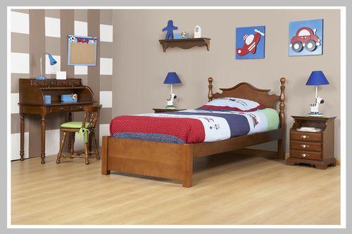 AMBIENTE NIÑO NOTAS Este ambiente de nuestra línea clásica muestra disciplina e uniformidad. La cama tiene un cabecero curvo y torneado y su mesa de noche de tres cajones es perfecta para organizar aquellos objetos útiles antes de dormir como los libros. Se complementa este ambiente con un escritorio y silla sin brazos en madera cedro para maximizar así el espacio de la habitación. Dado a que puede escoger el color de acabado que desee, este espacio es perfecto para niño o niña.