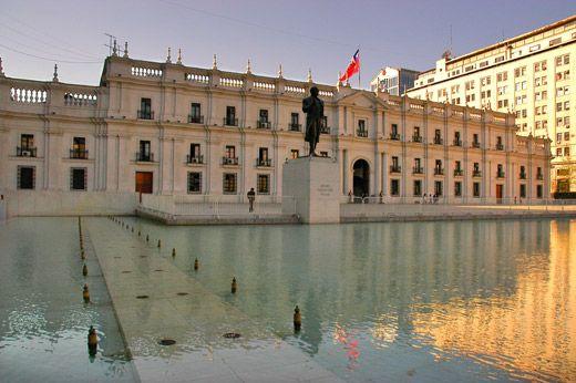 Plaza de la Ciudadanía y fachada sur del Palacio La Moneda, Santiago, Chile