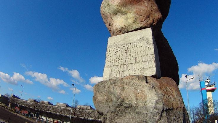 Ludziom Morza... Pomnik na Skwerze Witolda Gombrowicza w Gdyni.