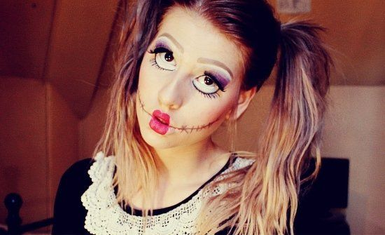 maquillage d`Halloween comme une poupée avec un grillage barbelé