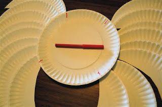 Dovete attaccare le ali al piatto bianco integro a raggiera e cioè incollando ogni ala a partire dalla metà dell'ala precedente e all'incirca dovrete attaccare 8 ali per lato per avere un bell'effetto.  -Completato entrami i lati, non vi resta che tagliare il nastro in due e segnare con il pennarello quattro punti sul piatto integro: