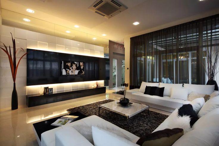 Soggiorno di lusso di ispirazione moderna nei colori bianco e nero - pavimenti in marmo, parete rivestita in pannelli di laminato bianco lucido che presenta una particolare illuminazione - eccellente contrasto di colori e materiali