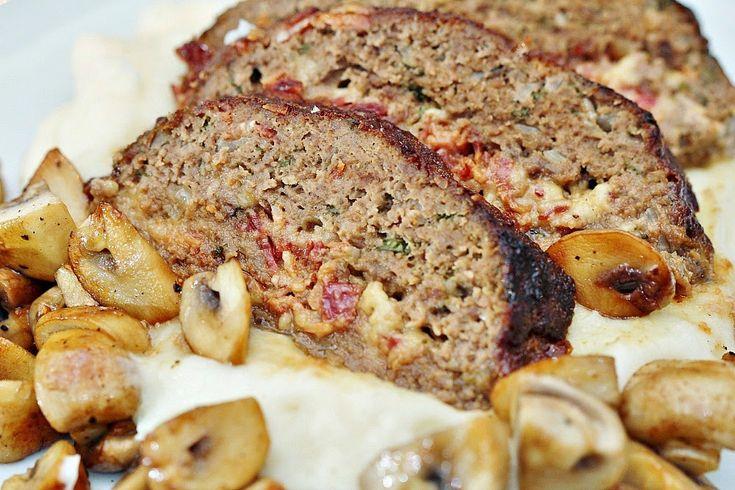 Två små kök: Köttfärslimpa fylld med bacon, ost och persilja - potatismos och stekta champinjoner till det!
