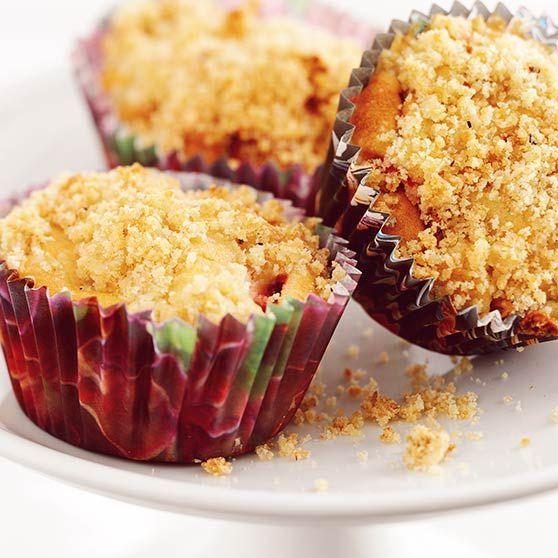 Jordbær- og rabarbramuffins med smuldretrekk - http://www.dansukker.no/no/oppskrifter/jordbaer--og-rabarbramuffins-med-smuldretrekk.aspx #oppskrift #kake #rabarbra