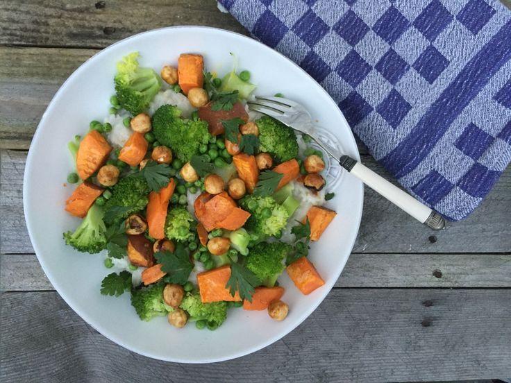 Heerlijk recept met rijst gekookt in kokosmelk, gecombineerd met zoete aardappel uit de oven, broccoli, doperwten en gekarameliseerde hazelnoten.