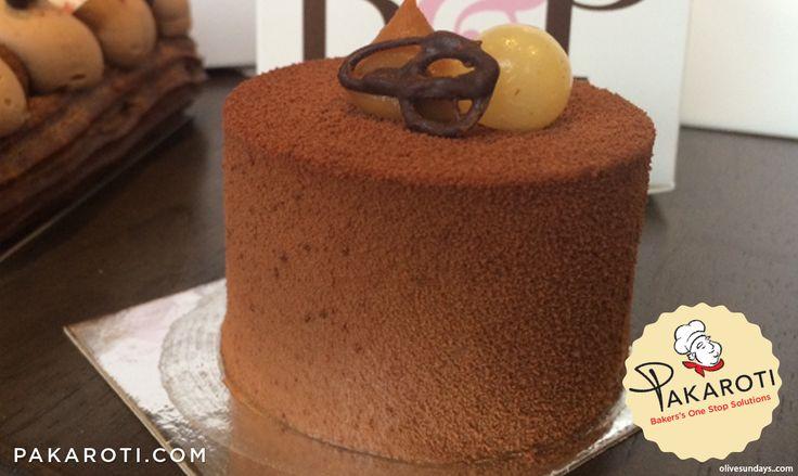 Selain dengan glaze, chocolate spraying juga bisa diaplikasikan untuk menghasilkan efek dan bentuk lebih unik berupa cocoa powder velvet pada dekorasi cake. #Bakerspedia