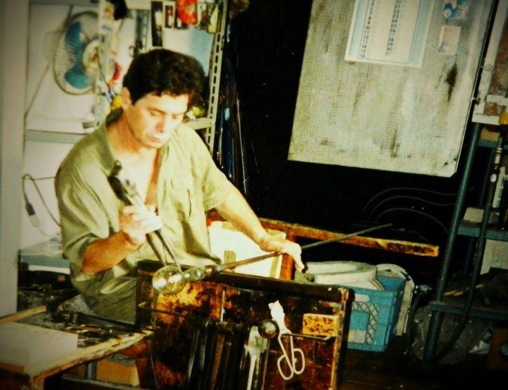 Momentsbook.com: Τεχνίτης γυαλιού στο εργαστήριό του.