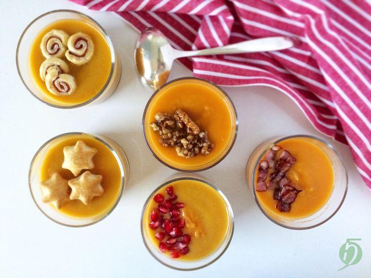 Hoztam+Nektek+egy+szuper+karácsonyi+levest,+amint+mindjárt+5+féle+verzióban+készíthettek+el!+Az+alapja+édesburgonya+kis+almával+és+fűszerekkel,+amit+a+belevalókkal+tudtok+sós+illetve+édes+irányba+elvinni.+Nekem+a+karamellizált+diós+a+kedvencem,+de+kíváncsi+vagyok+Nektek+melyik+tetszik+a+legjobban?