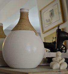 Vaso realizzato recuperando un bottiglione in vetro. Finitura in smalto bianco e corda grezza in juta.