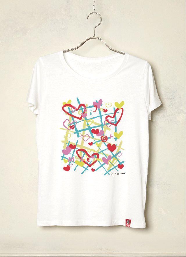 『LOVE SONG/yucca garden by Hioki Yuka』 Francoise CONTE(フランス)テキスタイルデザインコース卒業。壁紙、カーテンなどのファブリック類やアパレルに適したテキスタイル柄の製作を得意とするグラフィックデザイナー「yucca garden by Hioki Yuka」。音楽をテーマに制作したこの作品、「本来は目には見えない音楽を、線・点・形・色で表現してみました。ハートが溢れる情熱的なラブソングです。カラフルでポップな色使いで、着るだけで楽しくなるようなTシャツを目指しました。」とのことです❣️手描き感がいいですね〜❤️