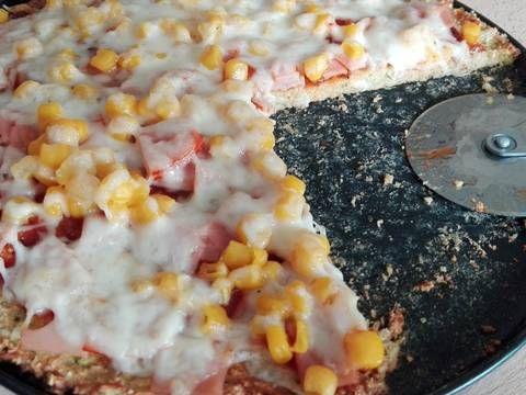 Mennyei Cukkini pizza recept (liszt és cukor nélkül) recept! Liszt és cukor nélküli pizza egyik változata. Jó megoldás lehet azoknak, akik valamilyen oknál fogva nem ehetik a hagyományos tésztájú pizzát, de mégsem akarnak lemondani róla. Cukkini kedvelők előnyben :-) A feltétet mindenki kedve szerint variálhatja, nekem ezek a hozzávalók voltak most itthon. ( A mérce: 2,5 dl bögre.)
