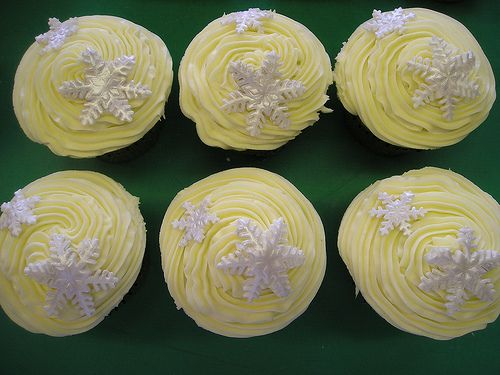 #Christmas #Cupcakes topped with #snowflakes. www.cacamilis.ie 0719644778