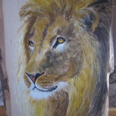Lion sur châtaignier avec écorce