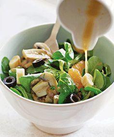 Salada de canónigos, com cogumelos e azeitonas. Um agradável contraste com as clementinas. Uma refeição leve.